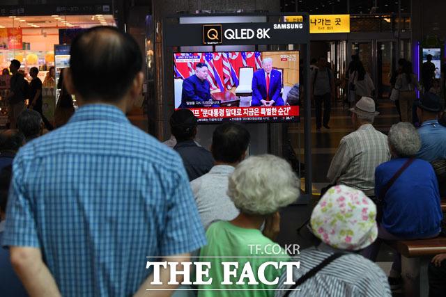 용산역에서 판문점 JSA에서 열린 한·북·미 회동 장면을 시청하는 시민들. /남윤호 기자
