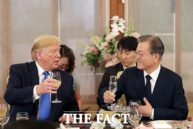 문재인 대통령과 도널드 트럼프 미국 대통령이 29일 청와대 상춘재에서 친교 만찬을 하고 있다. /뉴시스