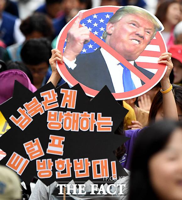 29일 오후 서울광장에서 트럼프 방한반대를 외치는 시민들. /이동률 기자