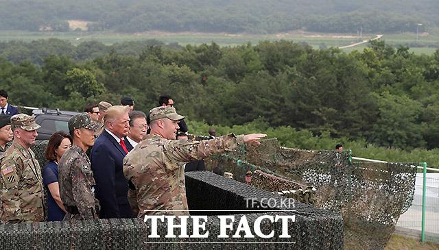 문재인 대통령과 도널드 트럼프 미국 대통령이 30일 오후 경기 파주 캠프 보니파스 북쪽의 최북단 오울렛 초소를 찾아 북한 지역을 관망하고 있다. /파주=뉴시스