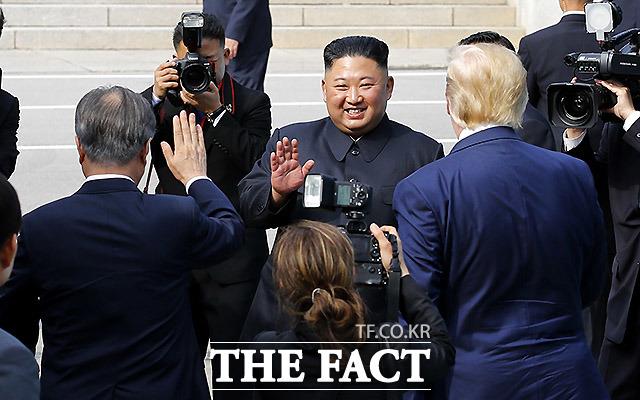 정상회담을 끝내고 북측으로 돌아가는 김정은 북한 국무위원장이 손을 흔들고 있다. /판문점=뉴시스