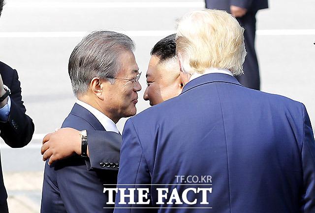 문재인 대통령을 포옹하는 김정은 북한 국무위원장. /판문점=뉴시스