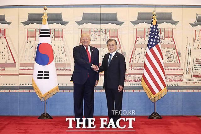 문재인 대통령과 도널드 트럼프 미국 대통령이 30일 청와대 본관을 들어서며 기념촬영을 하고 있다. /뉴시스