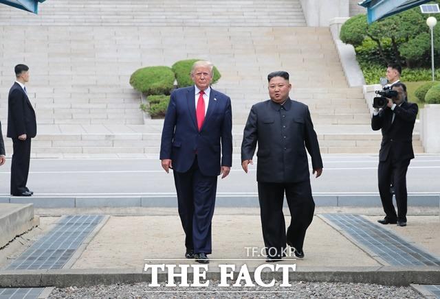 도널드 트럼프 미국 대통령이 북측 지역에서 김정은 북한 국무위원장과 군사분계선을 넘어 오고 있다. /판문점=뉴시스