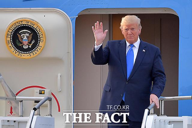 도널드 트럼프 미국 대통령이 29일 오후 경기도 오산 미 공군기지를 통해 입국하고 있다. /오산=사진공동취재단