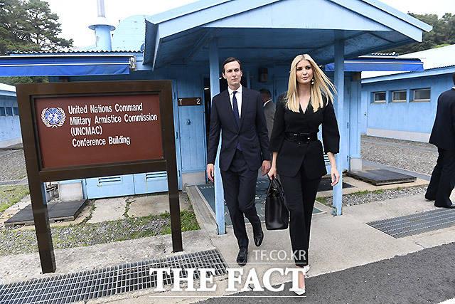 이방카 백악관 보좌관과 남편 재러드 쿠슈너 백악관 수석고문이 30일 판문점을 방문해 주변을 돌아보고 있다. /판문점=AP.뉴시스