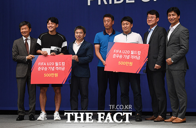 조영욱(왼쪽 두번째)