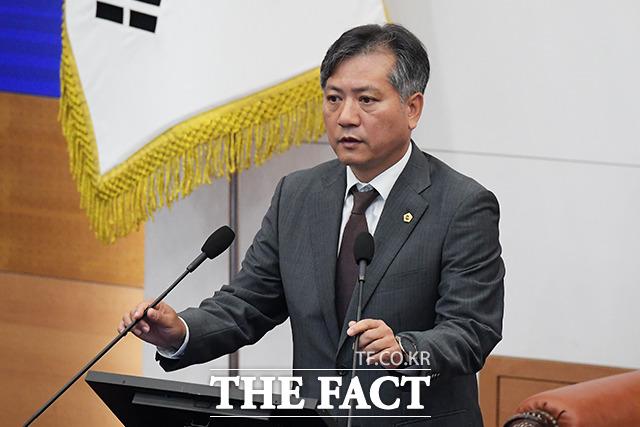 개회를 알리는 신원철 서울시의회 의장