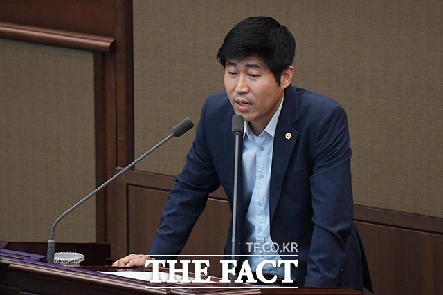 서울특별시 행정기구 설치 조례 일부개정조례안에 관해 무기명 투표를 제안하는 정진술 서울시 의회 의원