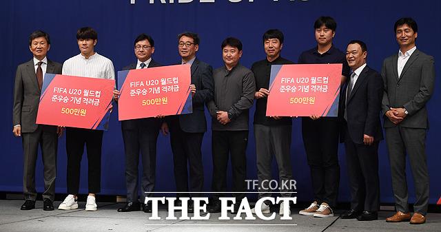 박태준(왼쪽 두번째)