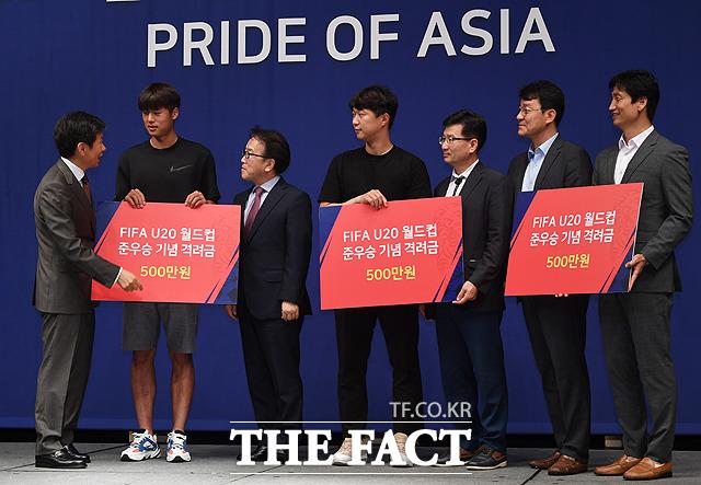 김주성(왼쪽 두번째)