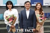 [TF포토] 신임 DJ 격려하는 양승동 KBS 사장