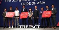 [TF포토] U-20 대표팀 선수들 모교에 격려금 전달하는 정몽규 회장