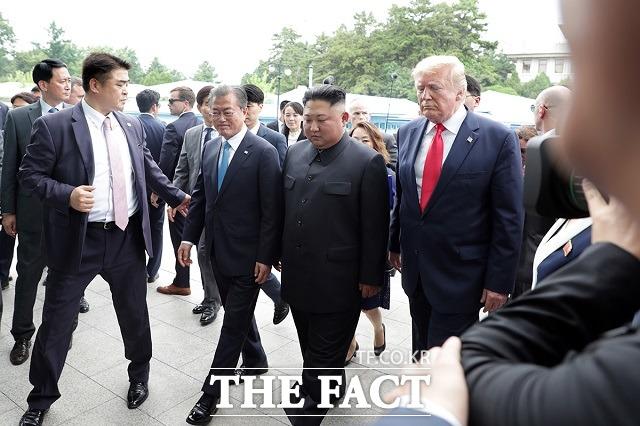 문재인 대통령과 김정은 북한 국무위원장, 도널드 트럼프 미국 대통령이 지난달 30일 경기 파주 판문점 공동경비구역(JSA) 자유의 집으로 향하고 있다. 김 위원장은 한미 정상과 달리 다소 긴장한 기색이다. /청와대 제공