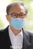 [TF포토] 이명박, 폐렴 치료 후 첫 공판…'마스크 쓰고 법원 출석'