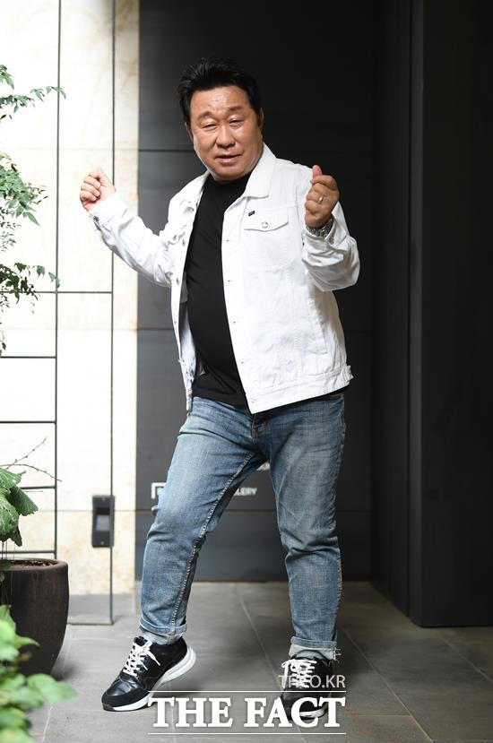 아, 쑥쓰럽구만, 바로 이런 춤을 추다가 발목에 장애 생겼다니까요. 임하룡이 자신의 유명한 다이아몬드 춤을 춰보이고 있다. /이새롬 기자