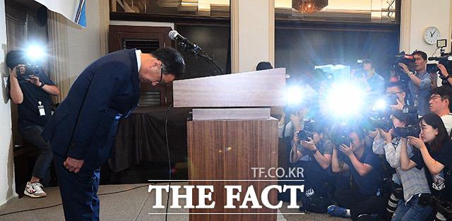 이우석 코오롱생명과학 대표가 4일 오전 서울 중구 프레스센터 기자회견실에서 열린 인보사 케이주 투약 환자 안전관리 종합 대책안 발표 기자회견에 참석해 고개숙여 사과하고 있다. / 이동률 기자
