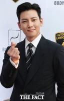 [TF포토] '전역' 지창욱, '평생 소장하고 싶은 손하트'