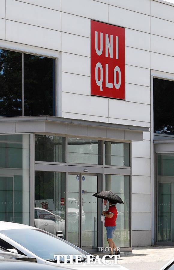 경기 오산의 유니클로 매장을 찾은 고객이 매장 입구에서 서성이다 발길을 돌리고 있다.