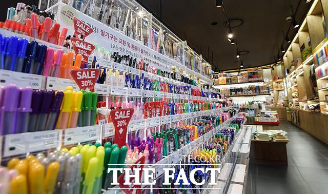 가격 할인을 내세운 서울의 한 대형서점의 필기구 코너도 일본 상품 불매 운동으로 한산하다.