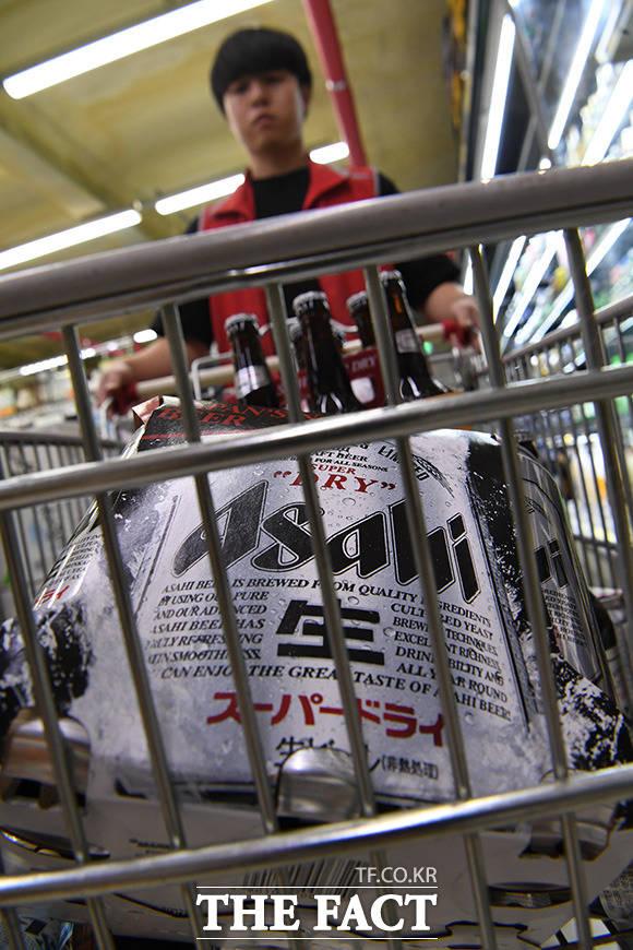직원이 일본 맥주를 카트에 싣고 창고로 이동하고 있다.