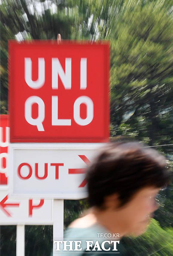 일본 정부의 경제 보복 조치로 소비자를 중심으로 일본제품 불매 운동이 전개되고 있는 6일 오전 경기도 오산의 한 시민이 유니클로 매장 앞을 지나치고 있다. /오산=임영무 기자