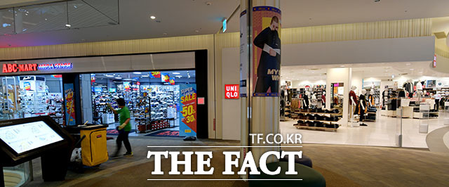 인천 연수구의 한 쇼핑몰에 입점해 있는 ABC마트와 유니클로 매장이 텅비어 있다.