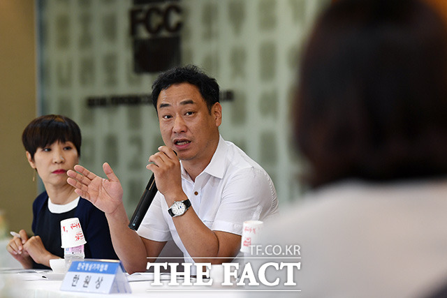 이병주 한국사진기자협회 사무국장(가운데)