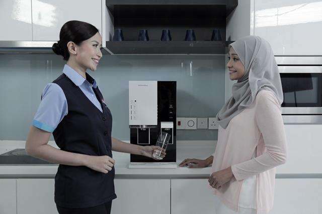 국내 주요 정수기 업체들의 말레이시아 진출이 성공적인 모습이다. 해외 기업이 진출한 상황에서 국내 정수기 기업인 코웨이와 쿠쿠홈시스가 각각 점유율 1, 2위를 차지하고 있다. 사진은 말레이시아 현지 코디와 고객의 모습. /코웨이 제공