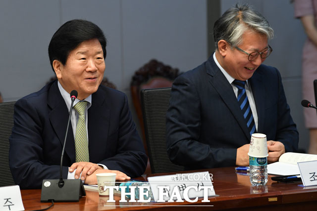 축사하는 박병석 의원(왼쪽)