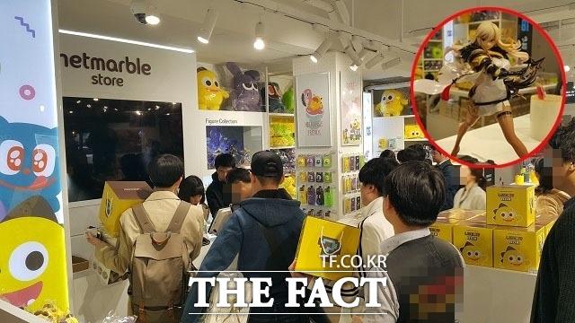 지난해 4월 6일 넷마블스토어 홍대점을 방문한 고객들이 계산대 앞에서 줄을 서고 있다. 사진 우측 상단 붉은 원은 이곳 대표 상품인 세븐나이츠 세인 피겨 /최승진 기자