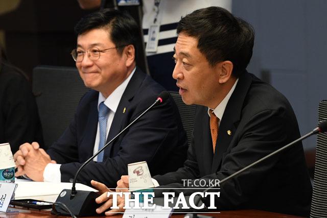 축사하는 금태섭 의원(오른쪽)과 이찬희 대한변협회장