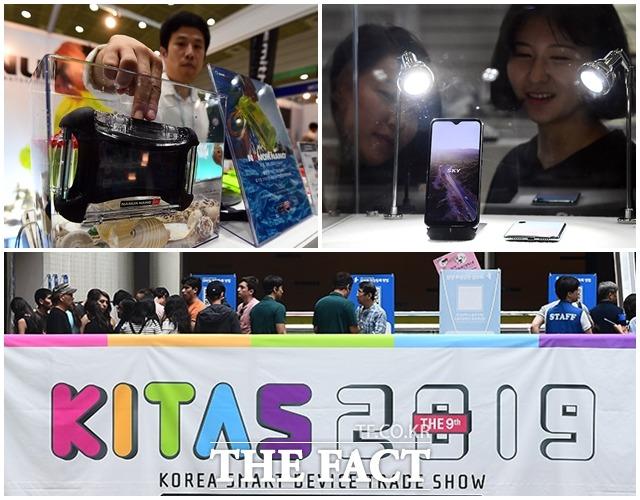 2019 스마트 디바이스 쇼가 11일 오후 서울 강남구 코엑스에서 열린 가운데 관람객들이 다양한 제품을 살펴보고 있다. /이동률 기자