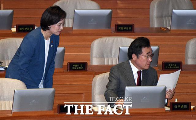 이낙연 총리에게 인사하는 유은혜 사회부총리 겸 교육부 장관(왼쪽)