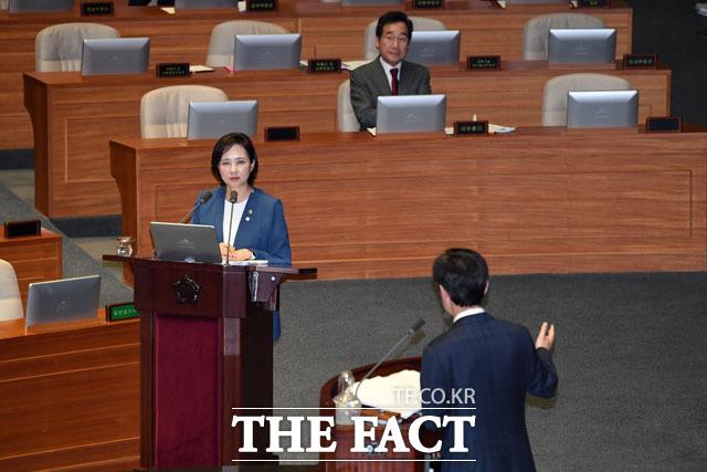 유은혜 사회부총리 겸 교육부 장관에게 질의하는 하태경 의원