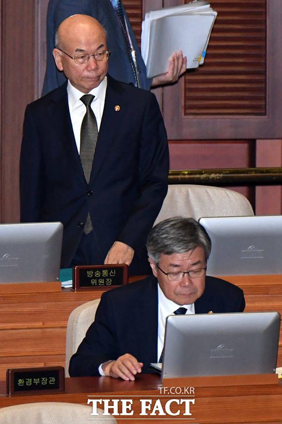 대정부 질문 출석한 이효성 방송통신위원장(위)과 이재갑 고용노동부 장관