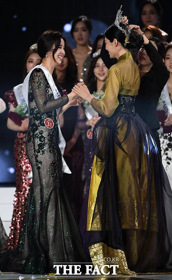 2018 미스코리아 진 김수민(오른쪽)이 직접 티아라를 전달