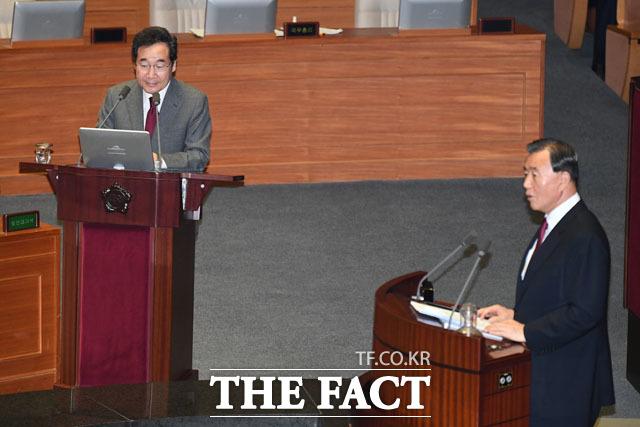 질의응답하는 이 총리와 홍문표 의원
