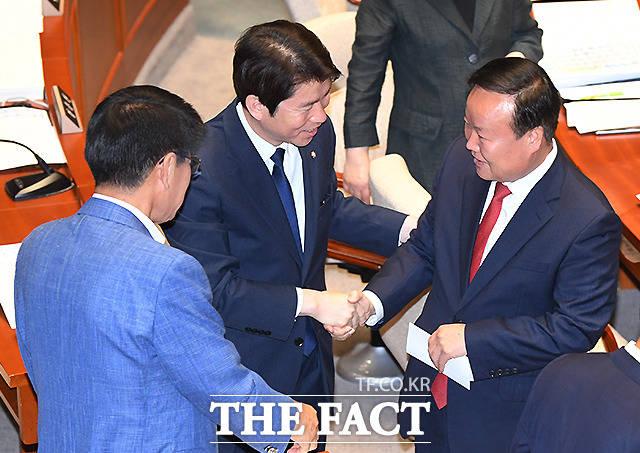 예결위회의장을 찾은 이인영 더불어민주당 원내대표(가운데)와 인사 나누는 김재원 위원장(오른쪽)