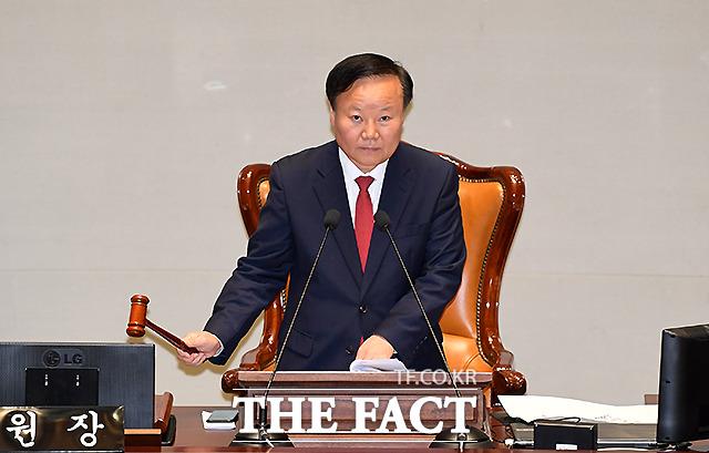 회의 개회하는 김 위원장