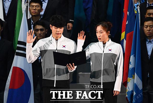 선수단을 대표해 선서하고 있는 경영 종목의 이호준(왼쪽)선수와 백수연 선수