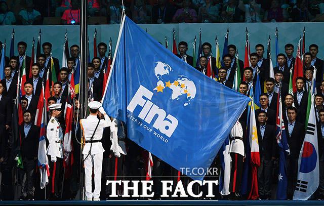 게양되는 국제수영연맹(FINA)기