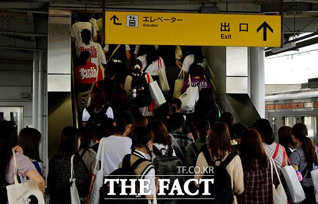 오와 열을 맞춰 우르르…철도에서 내려 BTS의 공연이 열리는 시즈오카 에코파 스타디움으로 향하는 아미들.