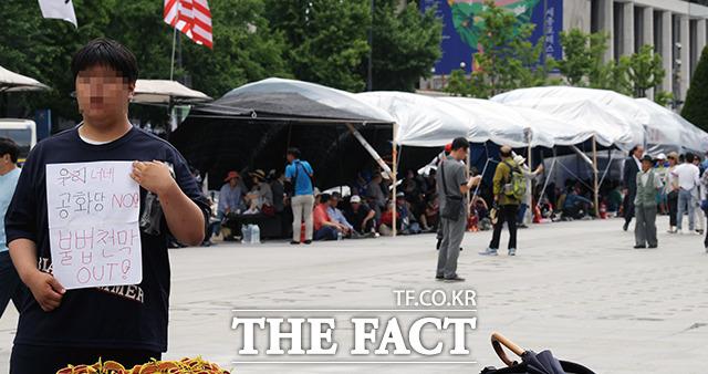 한 시민이 지난달 27일 오후 서울 광화문 광장에서 우리공화당(구 대한애국당)의 천막 철거 시위를 하고 있다. /이선화 기자