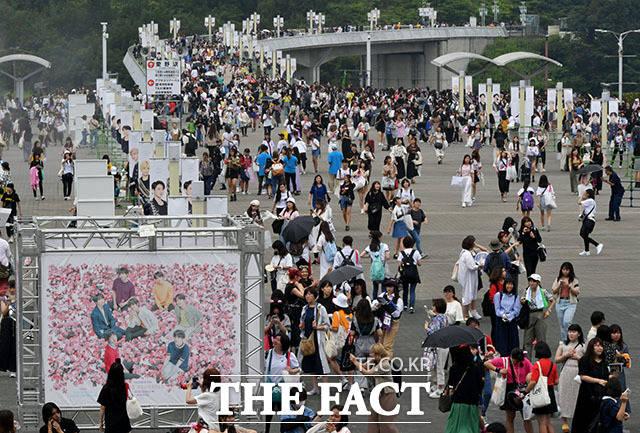 그룹 방탄소년단(BTS)의 월드 투어 러브 유어셀프: 스피크 유어셀프 콘서트가 13일 일본 시즈오카 에코파 스타디움에서 개최된 가운데 세계 각국 팬들이 콘서트장으로 향하고 있다. /시즈오카(일본)=이덕인 기자