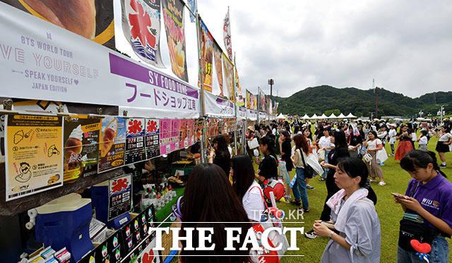 금강산도 식후경! 공연 전 팬들이 다양한 먹거리를 즐기고 있다.