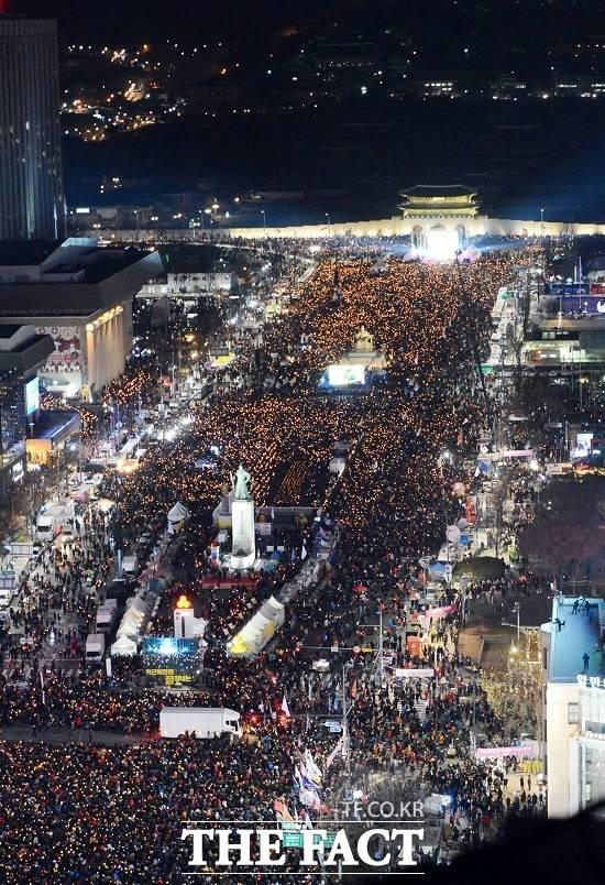2016년 수십만 촛불이 타올랐던 광화문광장은 민주주의의 성지로 꼽힌다. 문재인 정부는 이러한 촛불 민심을 바탕으로 출범했다. 2016년 12월 7차 대규모 촛불집회 모습. /더팩트 DB