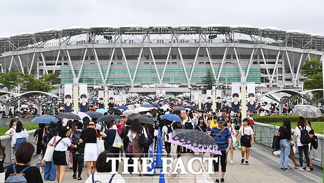 방탄소년단(BTS)의 일본 시즈오카 공연(BTS Speak Yourself Shizuoka)을 앞둔 14일 오후 일본 시즈오카 스타디움 에코파를 찾은 일본 아미들이 콘서트장으로 입장하기 위해 이동을 하고 있다. / 시즈오카(일본)=배정한 기자