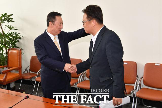 민병두 국회 정무위원장(왼쪽) 만난 박용만 대한상의 회장