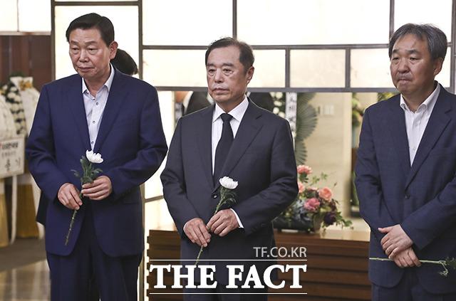 김병준 전 자유한국당 비대위원장(가운데)이 17일 오후 서울 서대문구 신촌 세브란스병원 장례식장에 마련된 고 정두언 전 의원 빈소를 찾아 조문하고 있다. /이선화 기자